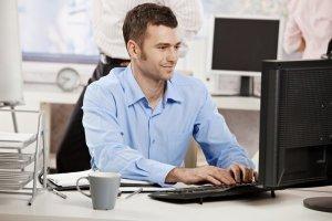 Büromitarbeiter an der .Net-Entwicklung