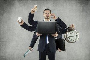 Mann mit 8 Armen, in den Händen hält er Geld, eine Tasse, eine Zeitschrift, einen Laptop, ein Handy, eine Uhr und eine Tasche - durch Makros Zeit sparen