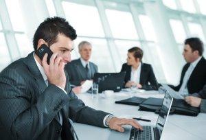Geschäftsmann telefonierend im Meeting