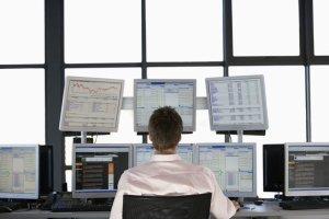 Ein Mitarbeiter überwacht Netzwerke mithilfe des Monitoringsystems