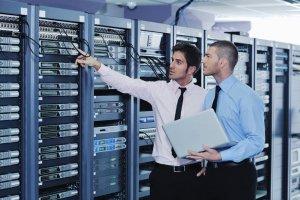 Zwei Männer vor einer Serveranlage