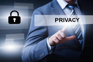 """Mann im Anzug wählt den """"Privacy""""-Button und so mehr Vorzüge durch VPN-Verbindungen"""